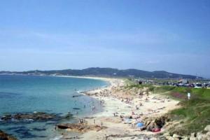 Playa con gente y pinada