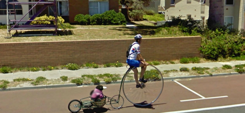 mono en bicicleta