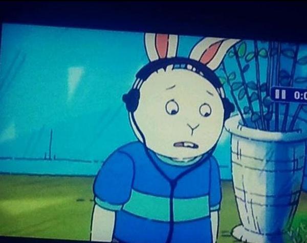 conejo con auriculares en la cabeza